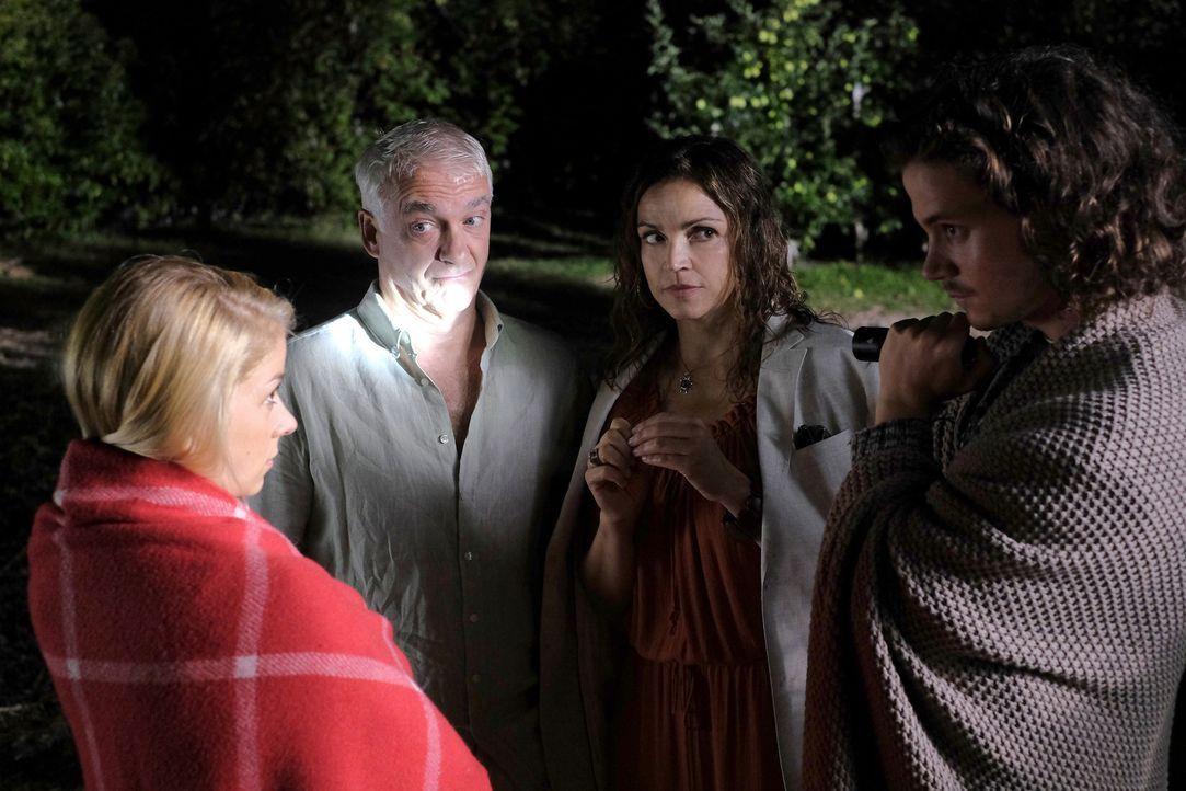 Jade (Lea Ruckpaul, l.) und Oliver (Tilman Pörzgen, r.) können nicht glauben, dass ihre zerstrittenen Elternteile Claudia (Rebecca Immanuel, 2.v.r.)... - Bildquelle: Jacqueline Krause-Burberg SAT.1