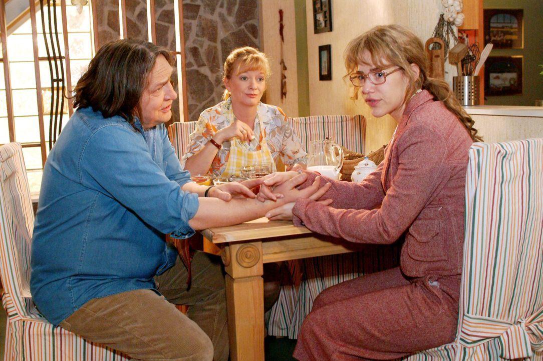 Lisa (Alexandra Neldel, r.) erfährt von Helga (Ulrike Mai, M.) und Bernd (Volker Herold, l.) vom gesundheitlichen Zustand ihres Vaters. (Dieses Foto... - Bildquelle: Monika Schürle Sat.1