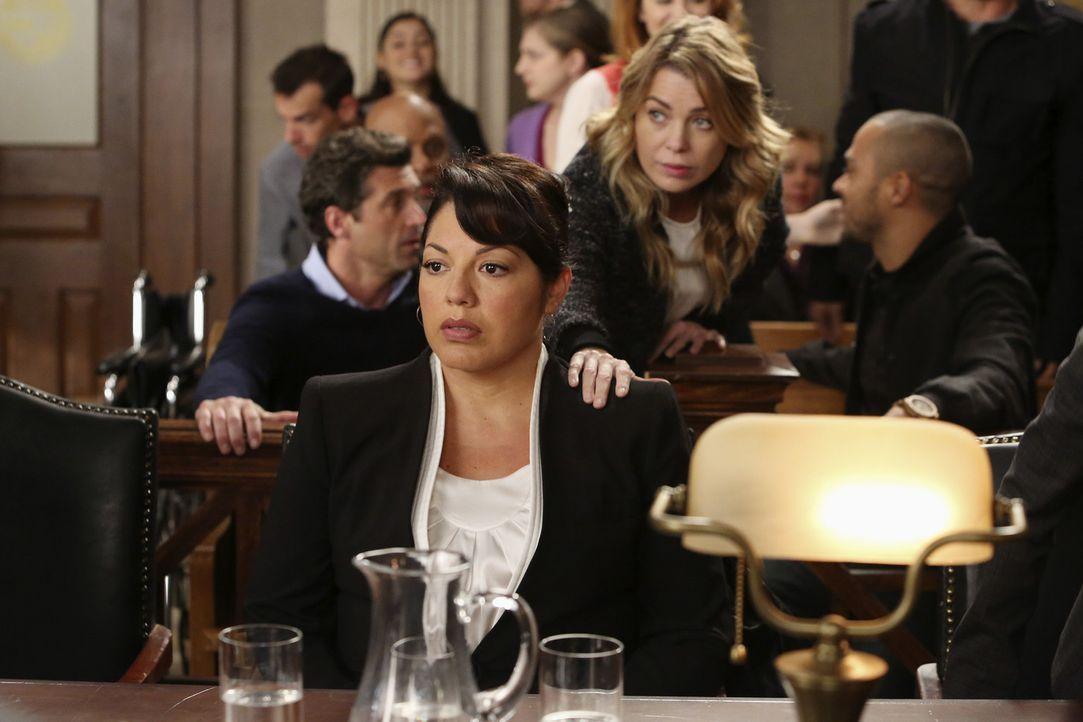 Vor Gericht muss sich Callie (Sarah Ramirez, M.) wegen einer falschen Behandlung verantworten. Derek (Patrick Dempsey, hinten l.) und Meredith (Elle... - Bildquelle: ABC Studios