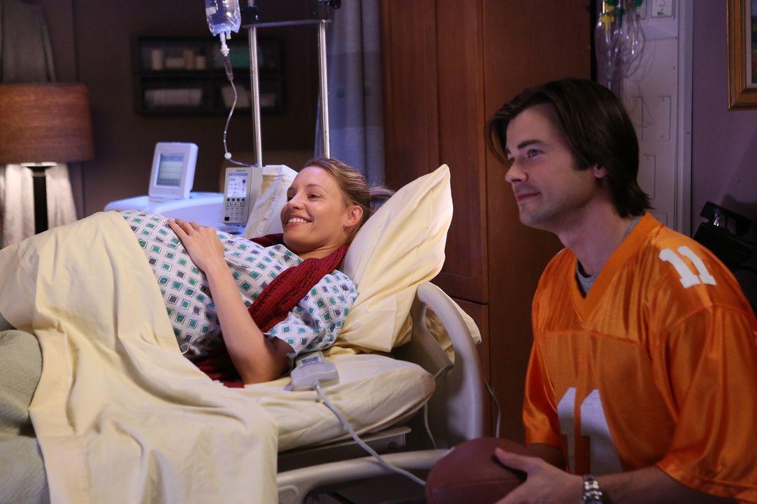 Charlotte (KaDee Strickland, l.) versetzt James (Matt Long, r.) und die anderen Ärzte unter Stress, als sie trotz ihrer verordneten Bettruhe weiter... - Bildquelle: ABC Studios