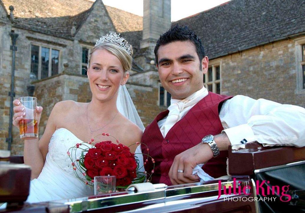 """Naomi (l.) und Vu (r.)  sind seit einem Jahr verlobt. Für eine große Hochzeitsfeier fehlt jedoch das Geld. Sie lassen sich daher auf den """"Trau Dich""""... - Bildquelle: Renegade Pictures Ltd"""