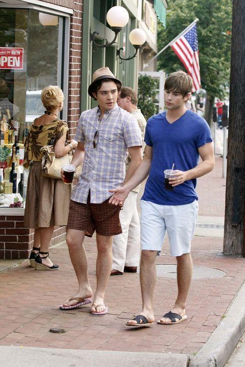 Wie Nate (Chace Crawford, r.) schnell erkennt, kommt Chuck (Ed Westwick, l.) einfach nicht damit klar, dass sich seine geliebte Blair in Europa eine... - Bildquelle: Warner Brothers