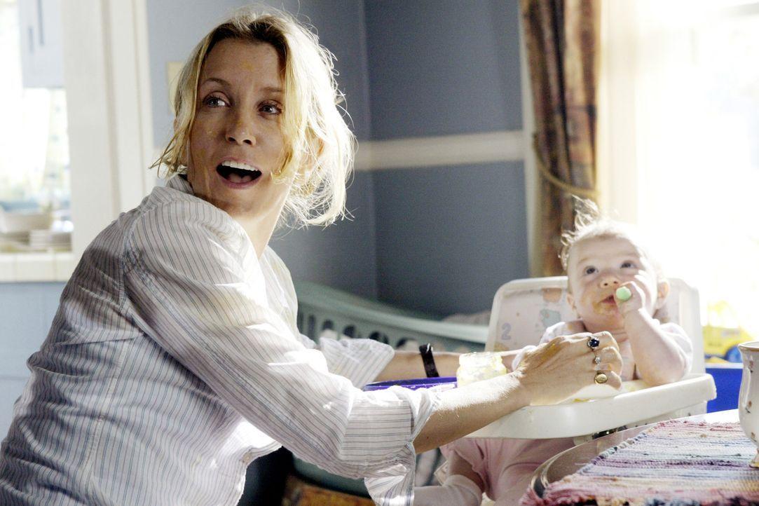 Völlig gestresst von ihren vier Kindern verwünscht Lynette (Felicity Huffman, l.) ihren Mann Tom, der ständig auf Geschäftsreise ist. Als er abe... - Bildquelle: Touchstone Television
