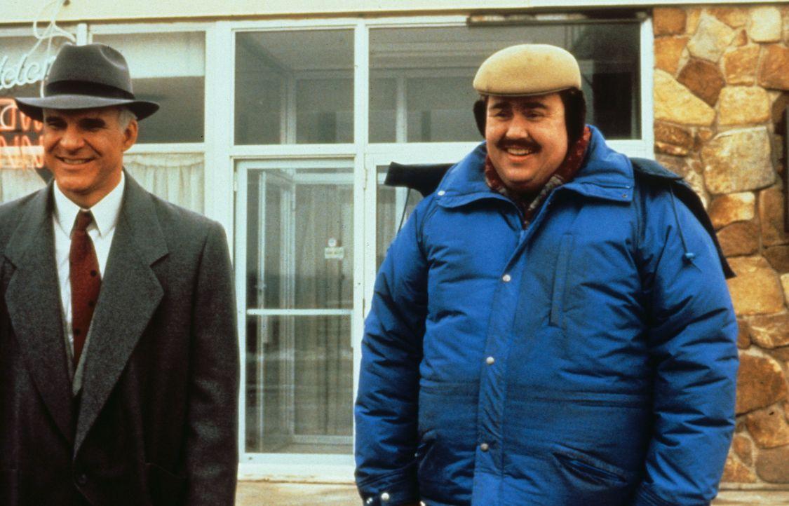 Neals (Steve Martin, l.) Versuche, die quasselnde Nervensäge Del (John Candy, r.) abzuhängen misslingen ... - Bildquelle: Paramount Pictures