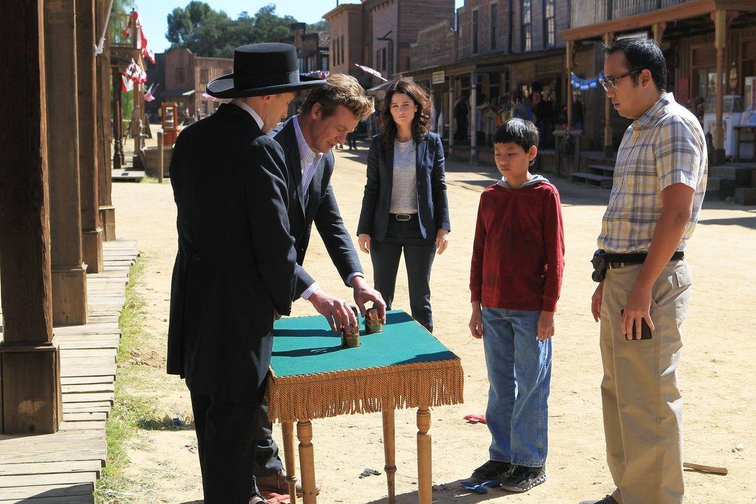 Das CBI-Team fährt in eine heruntergekommene Touristenstadt, die im Stil des Wilden Westens gehalten wird, um den Tod des Besitzers zu untersuchen:... - Bildquelle: Warner Bros. Television