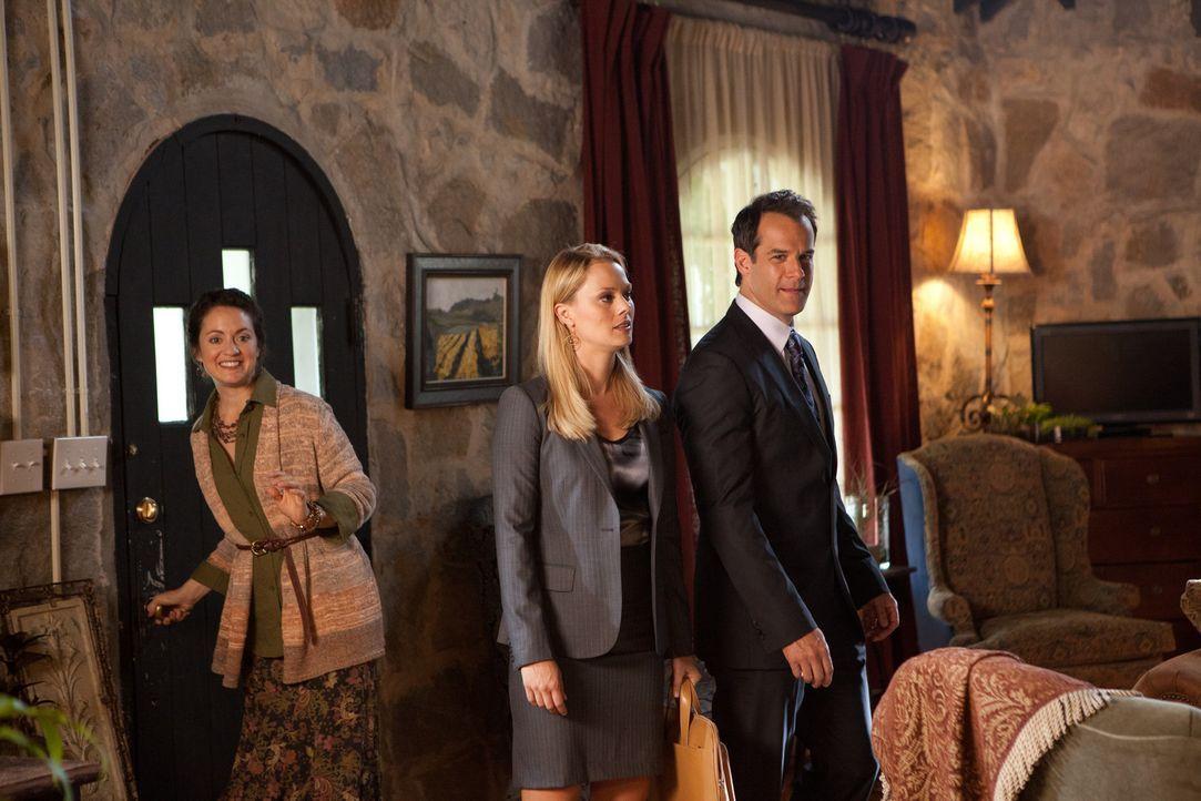 Jay (Josh Stamberg, r.) und Kim (Kate Levering, M.) lernen ihre neue Klientin Dr. Foley (Kali Rocha, l.) kennen ... - Bildquelle: 2011 Sony Pictures Television Inc. All Rights Reserved.