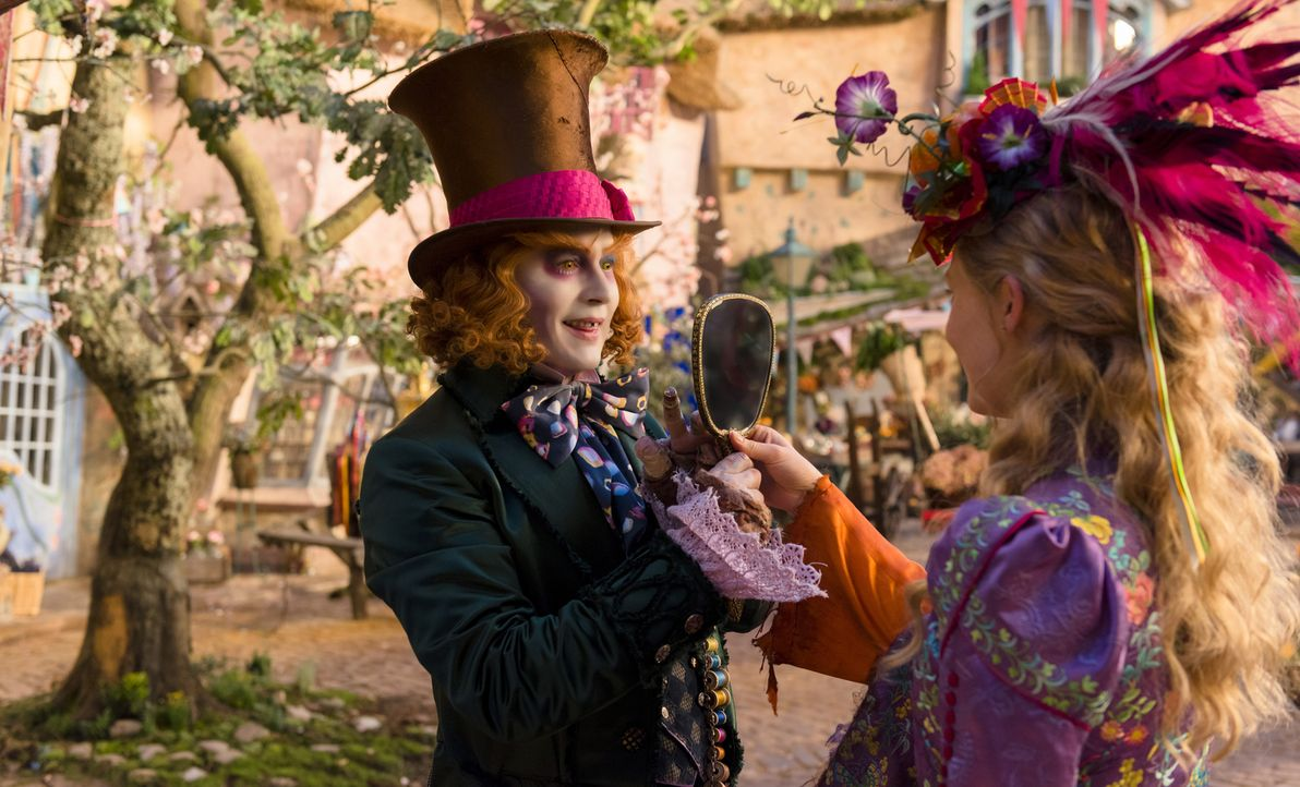 Der Hutmacher (Johnny Depp, l.); Alice (Mia Wasikowska, r.) - Bildquelle: Peter Mountain Disney Enterprises, Inc. All Rights Reserved.