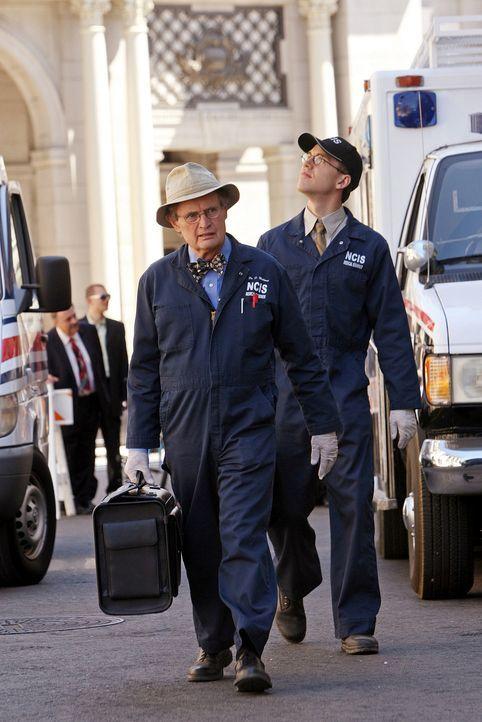 Untersuchen den Tod der Wissenschaftlerin Lt. Thorson: Jimmy (Brian Dietzen, r.) und Ducky (David McCallum, l.) ... - Bildquelle: CBS Television