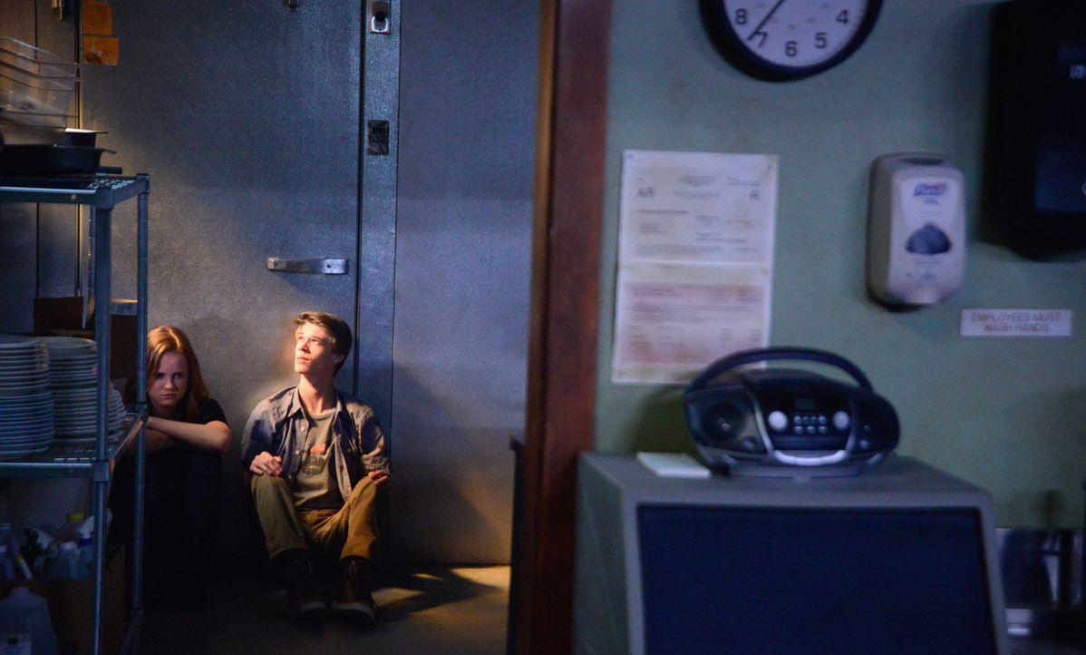 Joe (Colin Ford, l.) und Norrie (Mackenzie Lintz, r.) müssen die Hilfe von jemandem in Anspruch nehmen, den sie lieber nie wiedersehen würden ... - Bildquelle: Brownie Harris 2015 CBS Studios Inc.