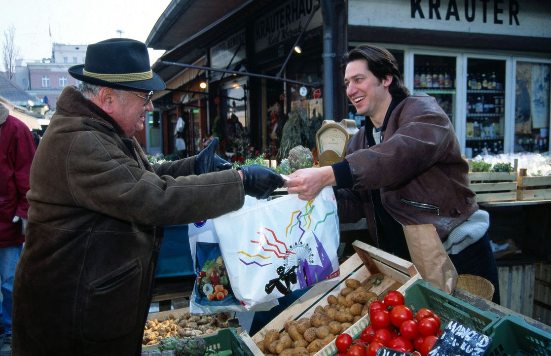 Am Naschmarkt ist seit einiger Zeit der Teufel los. Kommissar Moser (Tobias Moretti, r.) tarnt sich als Gemüseverkäufer, um undercover zu ermitteln.... - Bildquelle: Ali Schafler Sat.1