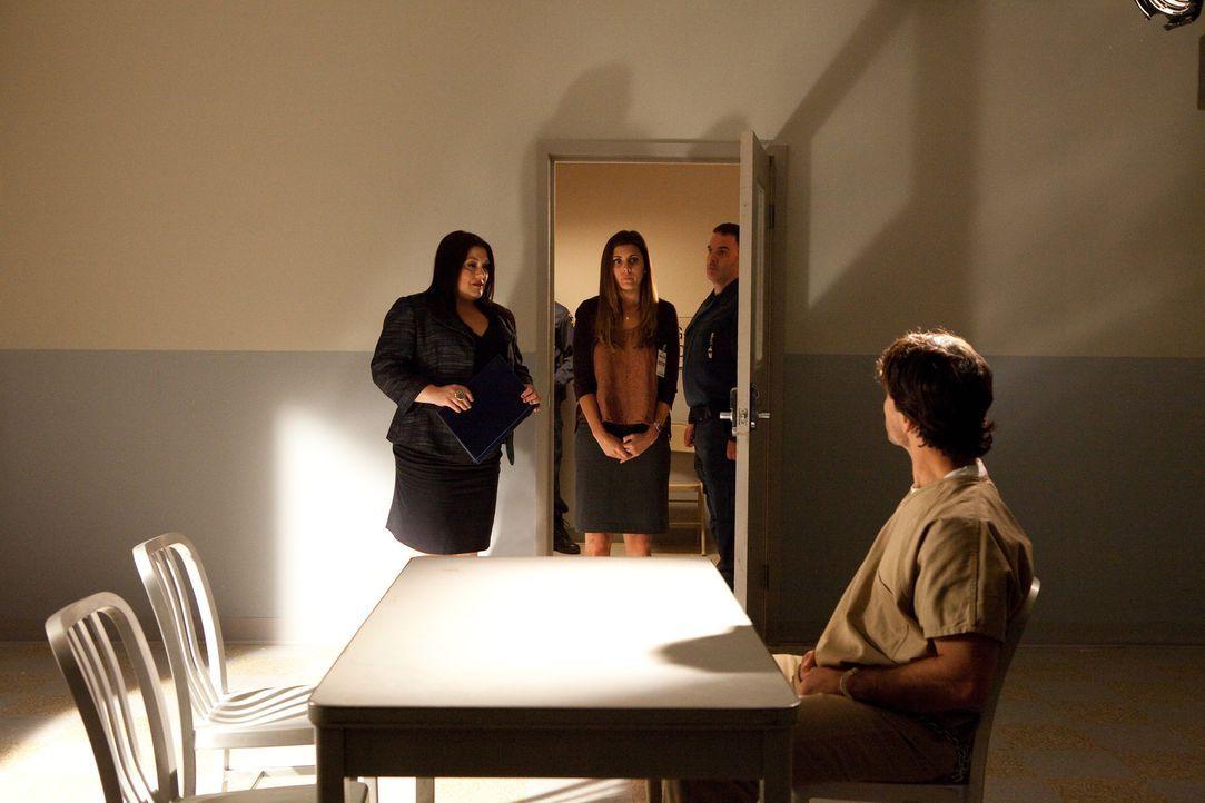 Jane (Brooke Elliott, l.) und Tina (Jamie-Lynn Sigler, M.) besuchen zusammen Tinas Bruder Aaron (Johnathon Schaech, vorne), auf den die Todesstrafe... - Bildquelle: 2011 Sony Pictures Television Inc. All Rights Reserved.