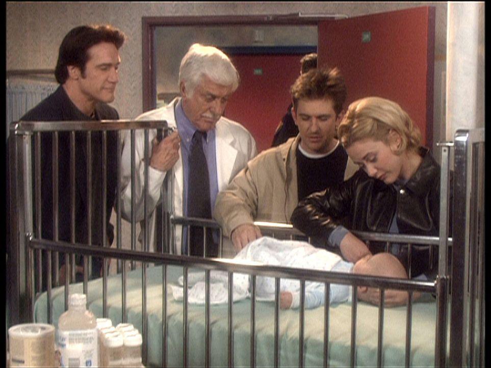 Graces (Leah Lail, r.) Baby wird im Krankenhaus unter Jesses (Charlie Sclatter, 2.v.r.), Marks (Dick Van Dyke, 2.v.l.) und Steves (Barry Van Dyke, l... - Bildquelle: Viacom