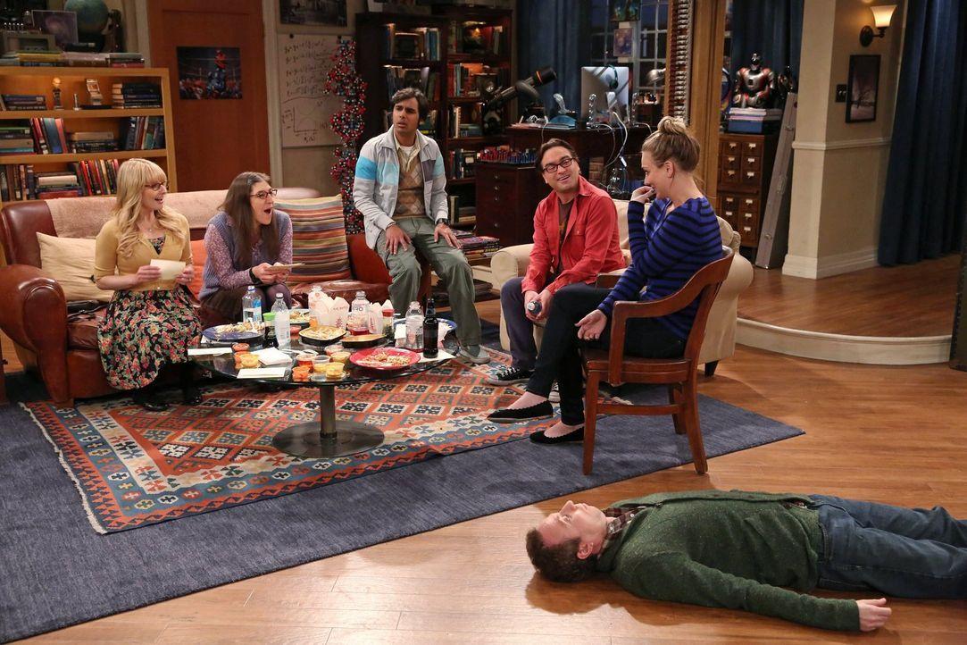 Während Sheldon mit Howard in Texas unterwegs ist, haben Raj (Kunal Nayyar, M.) und Stuart (Kevin Sussman, liegend) eine Überraschung für Bernadette... - Bildquelle: Warner Brothers