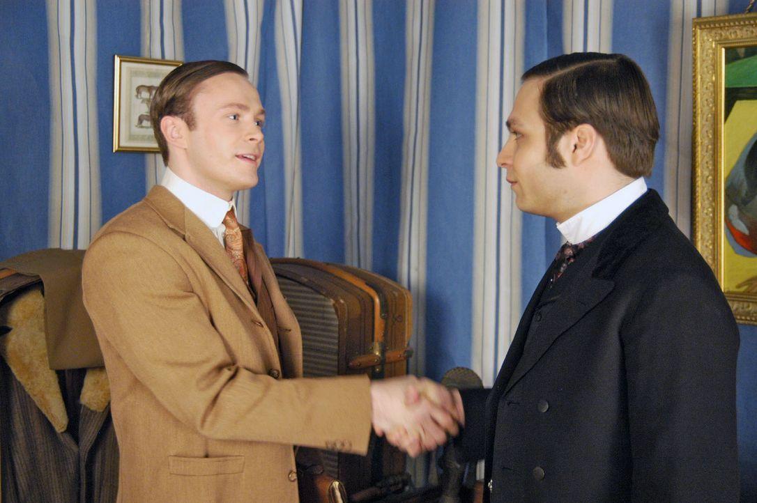 Alexander (Tim Sander, r.) reicht seinem Bruder Julius (Matthias Ziesing, l.) die Hand zur Versöhnung. - Bildquelle: Aki Pfeiffer Sat.1