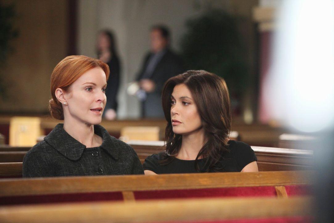 Bei einem schrecklichen Unglück am Weihnachtstag hat Karl sein Leben verloren. Bree (Marcia Cross, l.) und Susan (Teri Hatcher, r.) müssen nun Absch... - Bildquelle: ABC Studios