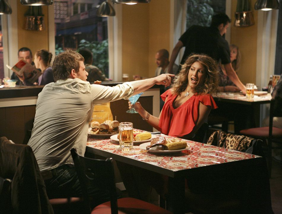 Andrea (Jennifer Esposito, r.) versucht Todds heruntergekommenen Freund Seth (Stephen Rannazzisi, l.) zu verführen, um an eine bestimmte Telefonnum... - Bildquelle: American Broadcasting Companies, Inc. All rights reserved.