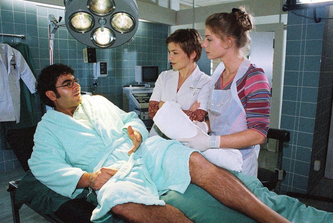 Hektor Kalamonides (Antonio Putignano, l.) ist glücklich, dass Paula Busch (Julia Grimpe, r.) und Stephanie (Claudia Schmutzler, M.), nach dem sie i... - Bildquelle: Monika Schürle Sat.1