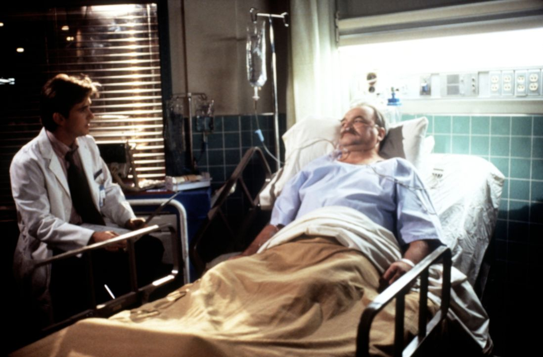 Dustin Woods (Richard Riehle, r.), Opfer eines Verkehrsunfalls, fürchtet, dass er im Krankenhaus für Behandlungen zahlen muss, die überflüssig sind.... - Bildquelle: Viacom