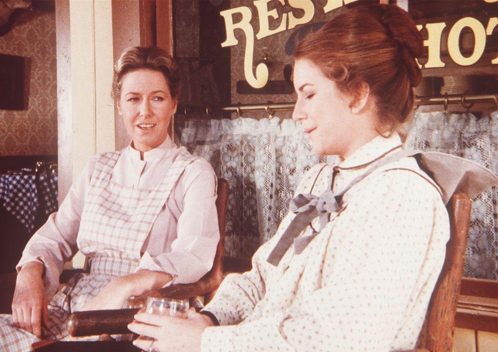 Caroline (Karen Grassle, l.) ermahnt ihre schwangere Tochter Laura (Melissa Gilbert, r.), sich endlich etwas zu schonen. - Bildquelle: Worldvision