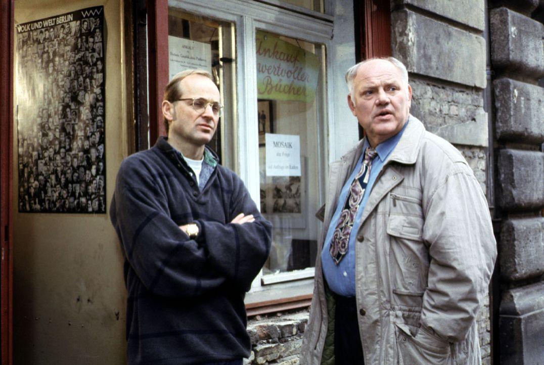 Die Spur des Mörders der zwölfjährigen Anneliese führt Kommissar Sawatzki (Klaus Pönitz, r.) zu einem kleinen Buchladen in Ostberlin. Thomas Fernau... - Bildquelle: Alfred Raschke Sat.1