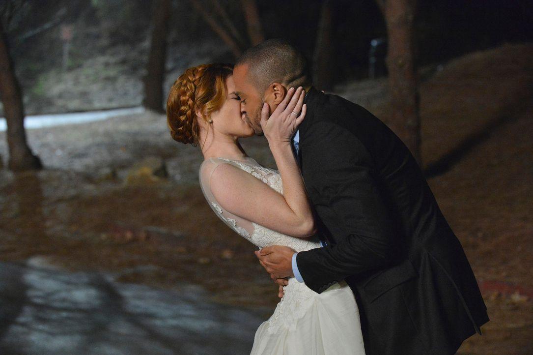 Sind gemeinsam durchgebrannt: April (Sarah Drew, l.) und Jackson (Jesse Williams, r.) ... - Bildquelle: ABC Studios