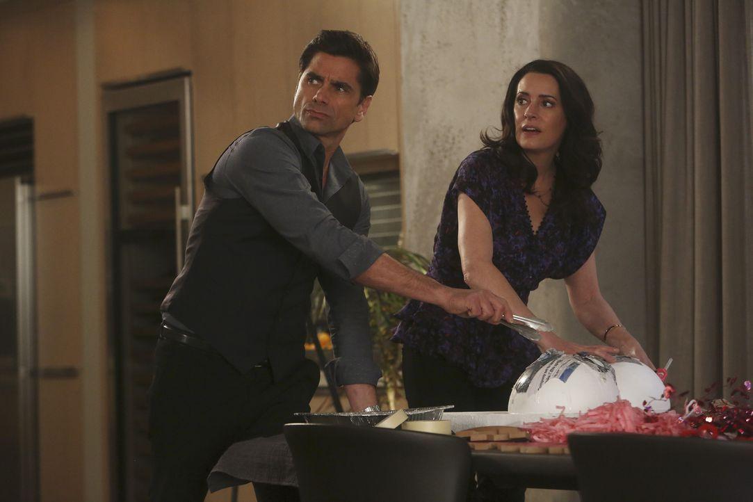 Als Jimmy (John Stamos, l.) und Sara (Paget Brewster, r.) bei den Vorbereitungen für Geralds Heiratsantrag helfen, erkennen die beiden, dass sie imm... - Bildquelle: Jordin Althaus 2016 ABC Studios. All rights reserved.