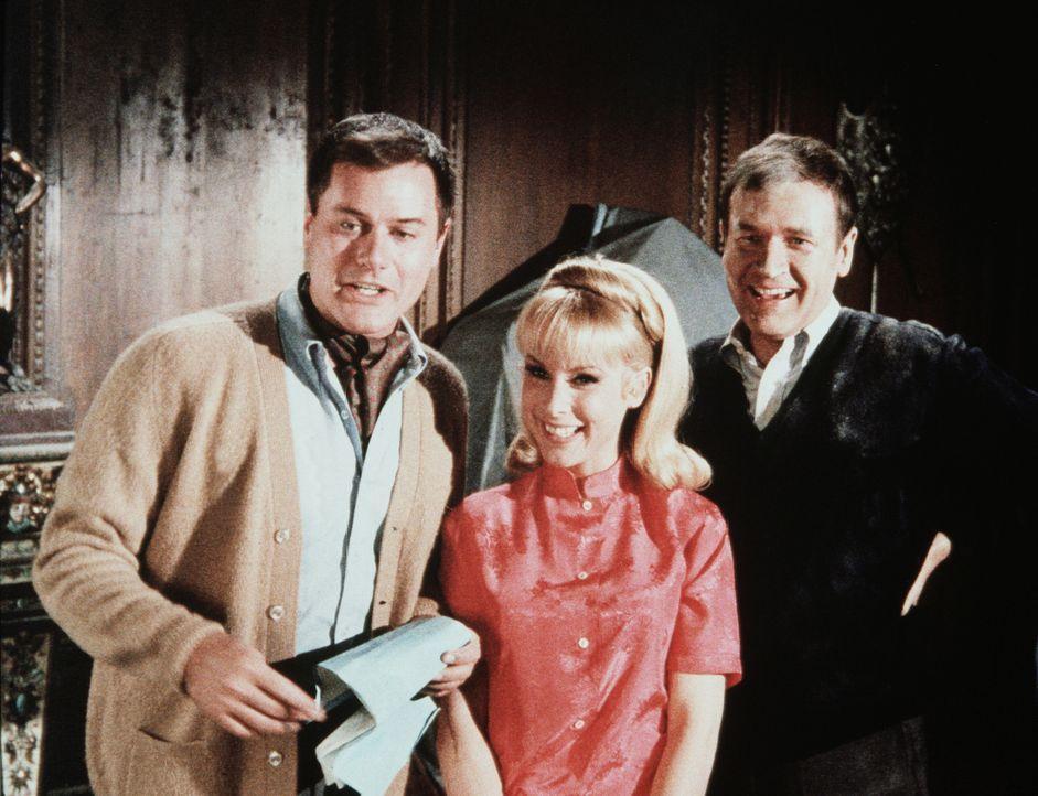 """Tony (Larry Hagman, l.), Jeannie (Barbara Eden, M.) und Roger (Bill Daily, r.) atmen erleichtert auf, als sie glauben, den """"Geistern"""" in Tonys Schlö... - Bildquelle: Columbia Pictures"""