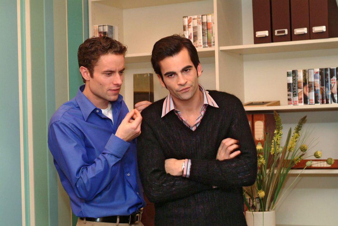 Max (Alexander Sternberg, l.) verspottet David (Mathis Künzler, r.) dafür, dass er Lisa zu seiner Assistentin gemacht hat. - Bildquelle: Monika Schürle Sat.1