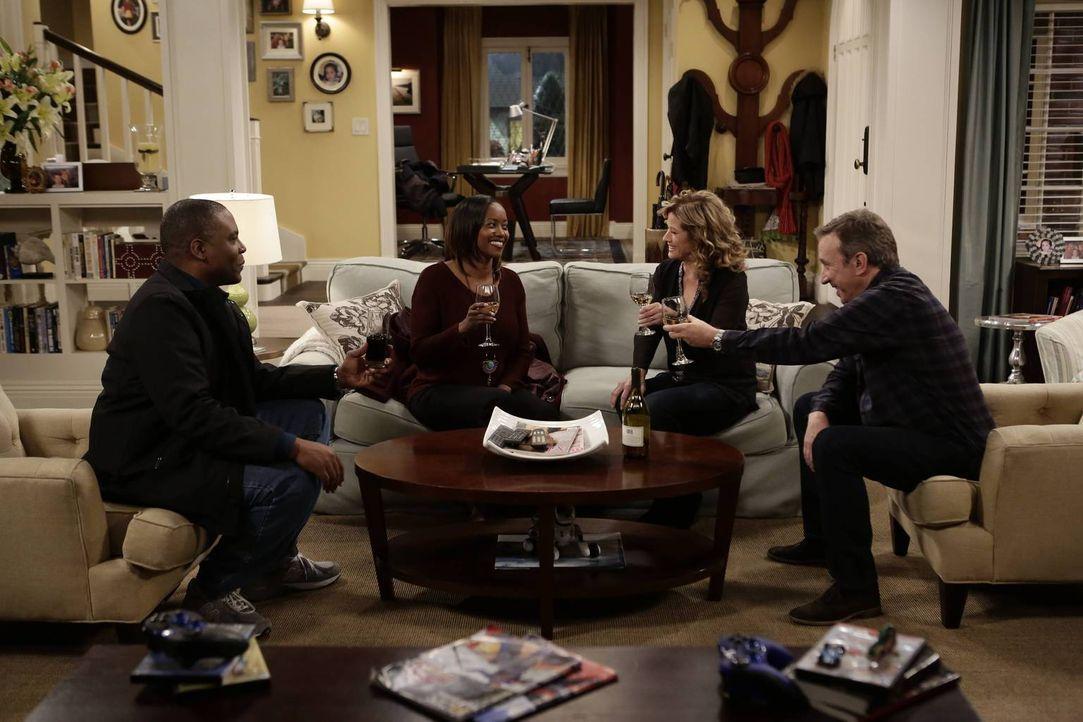 Während Mike (Tim Allen, r.) die Hilfe von Chuck (Jonathan Adams, l.) und Carol (Erika Alexander, 2.v.l.) in Anspruch nehmen möchte, ist Vanessa (Na... - Bildquelle: 2014-2015 American Broadcasting Companies. All rights reserved.