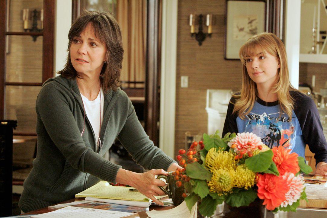 Seiner Mutter Nora (Sally Field, l.) und seiner Halbschwester Rebecca (Emily VanCamp, r.) bleibt Justins verändertes Verhalten nicht unbemerkt... - Bildquelle: Disney - ABC International Television