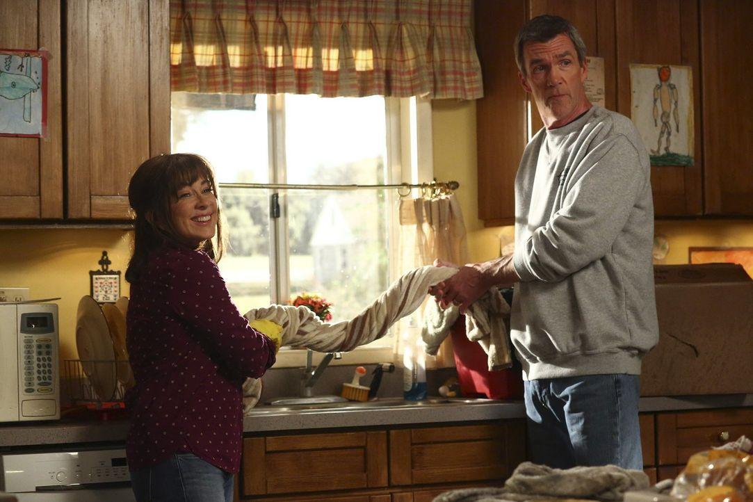 Haben plötzlich mit einem riesigen Wasserschaden zu kämpfen: Frankie (Patricia Heaton, l.) und Mike (Neil Flynn, r.) ... - Bildquelle: Warner Bros.