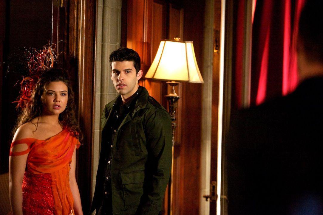Kann Davina (Danielle Campbell, l.) Josh (Steven Krueger, r.) beschützen? - Bildquelle: Warner Bros. Television