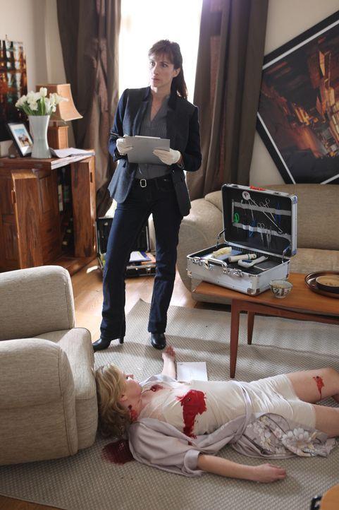 Die Gerichtsmedizinerin (Valérie Dashwood, hinten) wird zu einem Tatort gerufen. Nicht ahnend, dass einer ihrer Kollegen die Tote Laure Brévin (Dars... - Bildquelle: Xavier Cantat 2011 BEAUBOURG AUDIOVISUEL