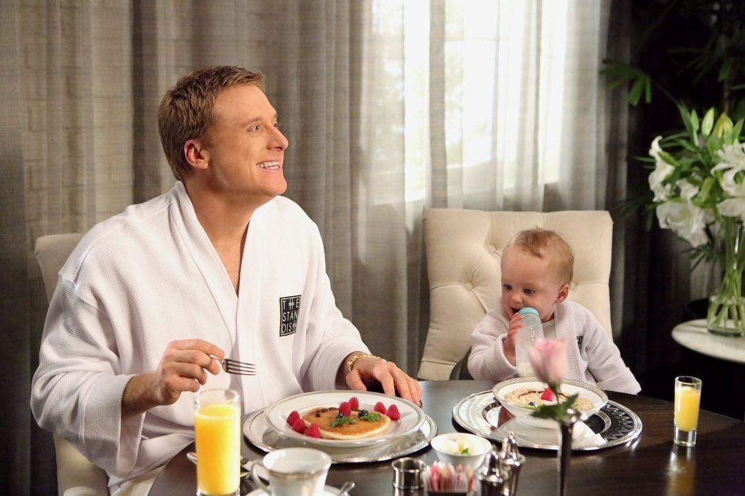Noah (Alan Tudyk) genießt sein Leben im Hotel. Zusammen mit seinem Baby lässt er keinen Luxus aus, den das Hotel zu bieten hat. In seiner Liebesfrus... - Bildquelle: Warner Brothers