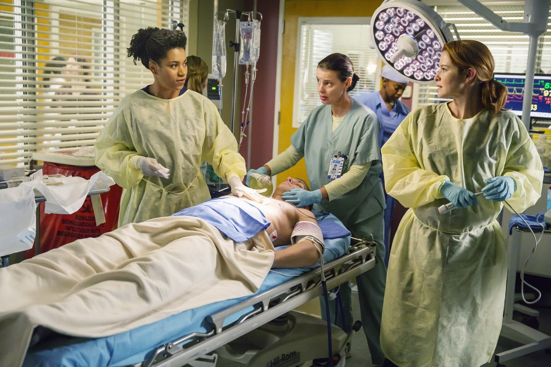 April (Sarah Drew, r.) möchte die Trauer um ihr krankes Baby nicht zulassen und stürzt sich mit Stephanie (Jerrika Hinton, l.) in die Arbeit ... - Bildquelle: ABC Studios