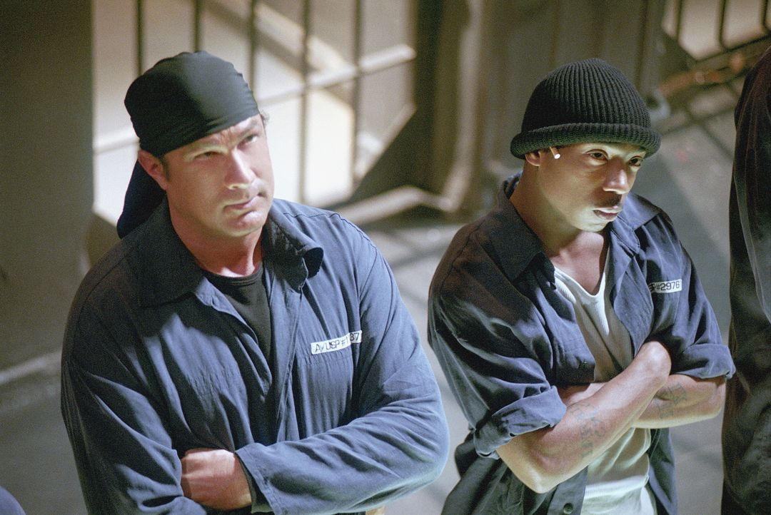 Einst rettete Undercover Agent Sascha Petrosevitch (Steven Seagal, l.) seinem Freund, dem Kriminellen Nick (Ja Rule, r.) das Leben. Nun kann er auf... - Bildquelle: 2003 Sony Pictures Television International. All Rights Reserved.