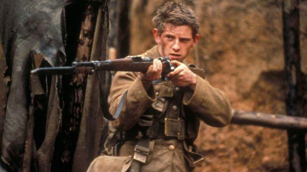 Die britische Truppe, darunter der junge Private Charlie Shakespeare (Jamie B...