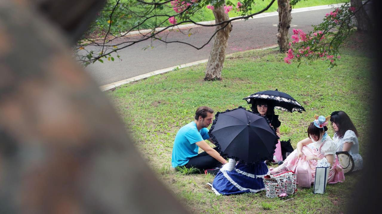 """""""Galileo-Spezial: Zwischen Rausch und Revolte"""": Galileo-Reporter Thilo Mischke trifft im Yoyogi-Park in Tokyo Lolita Ai. - Bildquelle: ProSieben"""