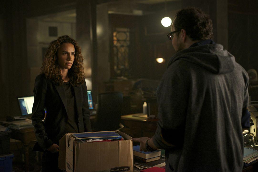 Tess (Nina Lisandrello, l.) gefällt es überhaupt nicht, dass sie und J.T. (Austin Basis, r.) immer noch dafür sorgen müssen, dass niemand von der Ex... - Bildquelle: Sven Frenzel 2016 The CW Network. All Rights Reserved.