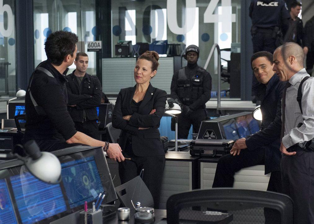 Nur gemeinsam können John (Karl Urban, l.), Captain Maldonado (Lili Taylor, 2.v.l.), Dorian (Michael Ealy, 2.v.r.) und Richard (Michael Irby, r.) ei... - Bildquelle: Warner Bros. Television