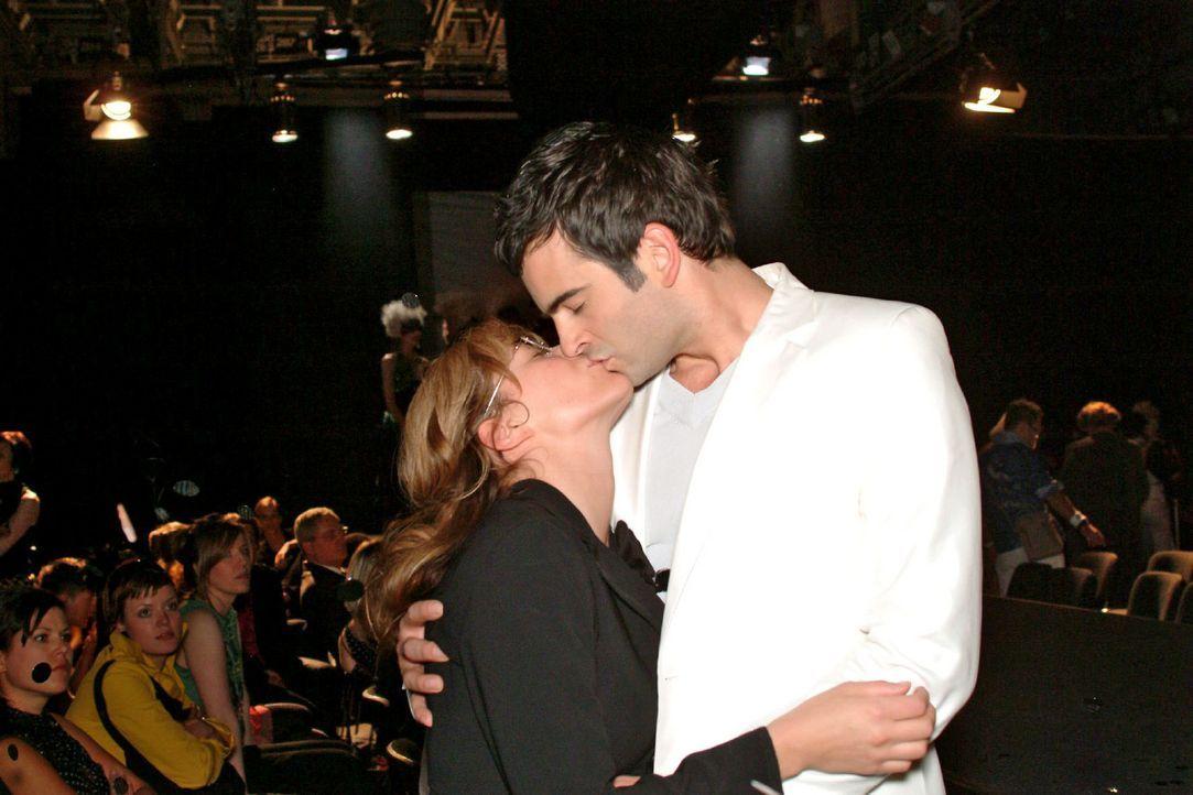 In seiner Euphorie über die gelungene Präsentation küsst David (Mathis Künzler, r.) spontan die überrumpelte Lisa (Alexandra Neldel, l.) ... (D... - Bildquelle: Monika Schürle Sat.1