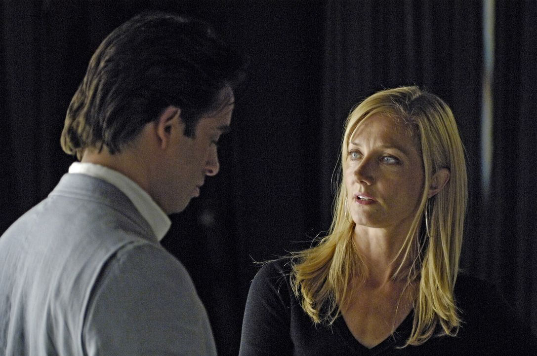 Quentin (Bruno Campos, l.) sucht Julia (Joely Richardson, r.) auf, denn er möchte einen Deal mit ihr aushandeln, doch sie lehnt ab. Daraufhin lädt... - Bildquelle: TM and   2005 Warner Bros. Entertainment Inc. All Rights Reserved.