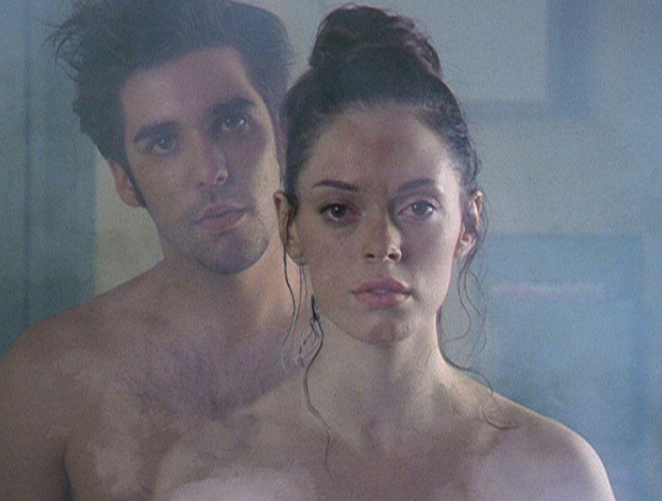 Um Paige (Rose McGowan , r.) zu einer schlechten Tat anzustiften, nimmt die Quelle des Bösen die Gestalt von Shane (Jordan Bridges, l.) an ... - Bildquelle: Paramount Pictures