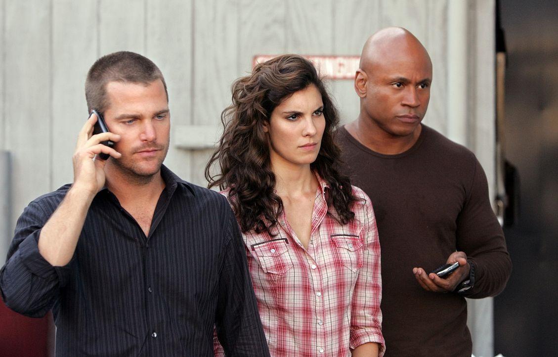 Bei den Ermittlungen eines neuen Mordfalls stoßen Callen (Chris O'Donnell, l.), Kensi (Daniela Ruah, M.) und Sam (LL Cool J, r.) auf Falschgeld ... - Bildquelle: CBS Studios Inc. All Rights Reserved.