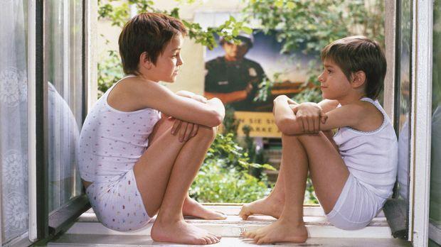 Die beiden Waisenkinder Mel (Laura Charlotte Syniawa, r.) und Tommi (Mitja Da...