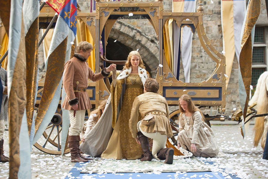 Anthony Rivers (Ben Lamb, l.) nimmt feierlich die frischgekrönte Königin Elizabeth (Rebecca Ferguson, 2.v.l.) in Empfang ... - Bildquelle: 2013 Starz Entertainment LLC, All rights reserved