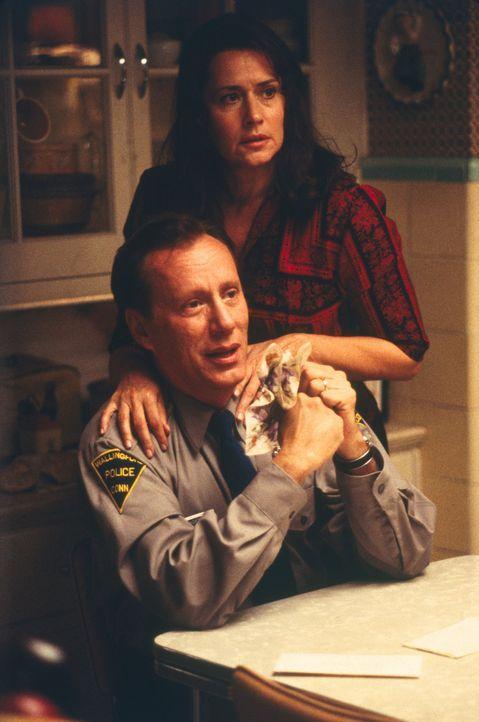Als Beverly erfährt, dass sie schwanger ist, sind Leo (James Woods, l.) und Theresa (Lorraine Bracco, r.) wütend und furchtbar enttäuscht von ihr... - Bildquelle: 2003 Sony Pictures Television International. All Rights Reserved.