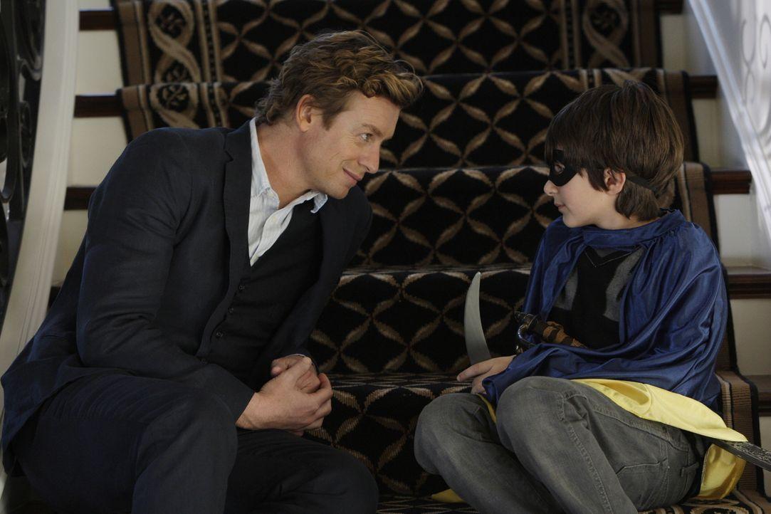 Kann Oscar Castillo (Brandon Waters, r.) Patrick Jane (Simon Baker, l.) bei seinem Fall behilflich sein? - Bildquelle: Warner Bros. Television