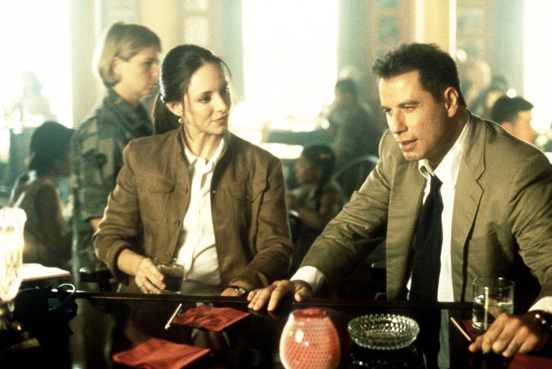 Gemeinsam ermitteln Sara Sunhill (Madeleine Stowe, l.) und ihr Kollege Paul Brenner (John Travolta, r.) in einem Mordfall. Bald finden sie eine ganz... - Bildquelle: Paramount Pictures