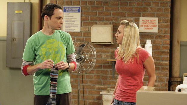Penny (Kaley Cuoco, r.) vertraut Sheldon an, dass sie keinen College-Abschlus...